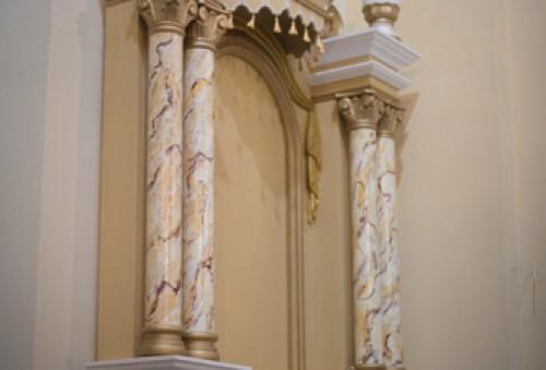 Replika bočných oltárov.